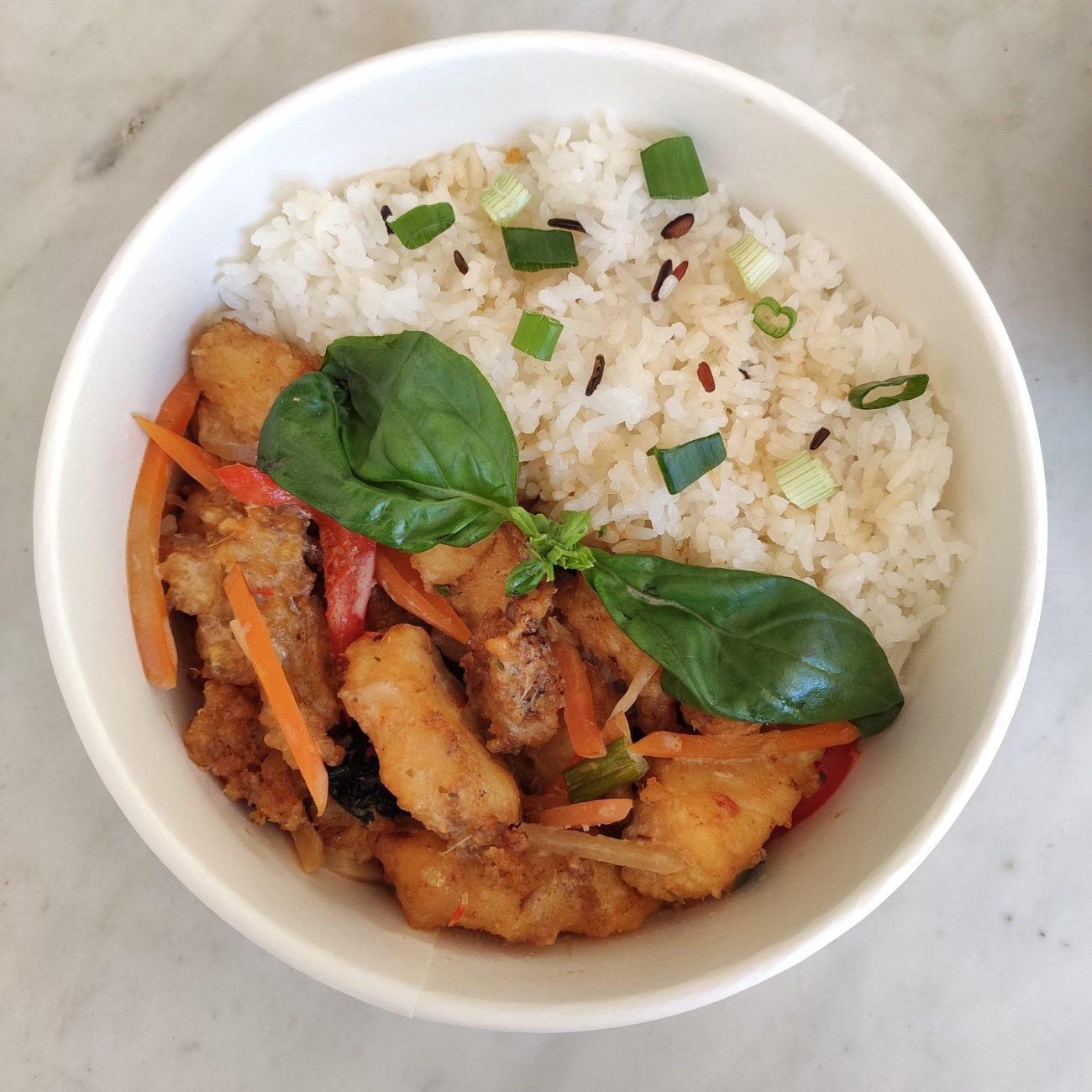 Photo d'un Pla Pad Katri - Cabillaud sauté au curry et coco, et riz blanc